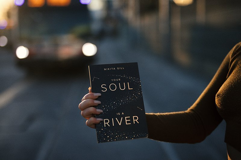 Senso immagine interiore donna con libro Your Soul is a river
